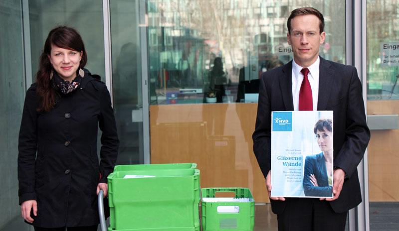 Projektassistentin Sarah Scherf und Arik Platzek, Co-Autor des Berichts, bei der Übergabe am Nordeingang des Marie-Elisabeth-Lüders-Hauses.